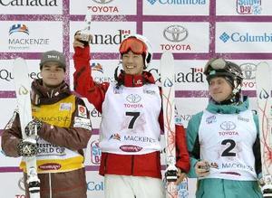 男子モーグルでW杯初優勝を飾り、表彰台で笑顔の堀島行真(中央)=トレンブラン(共同)