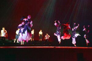 総合開会式本番に向け、練習を重ねている鳥栖商業高ダンス部の部員ら=佐賀市文化会館