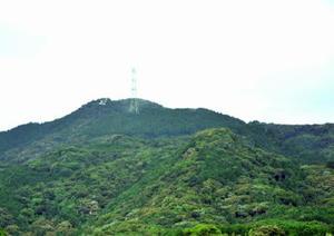 左手奥にみえるのが勝尾城、右手の雑木山が若山砦