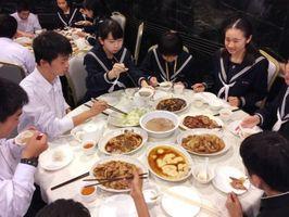 黄大仙、女人街などを訪れ、夕食を食べる生徒たち