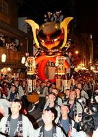5月に福岡市で開かれる「ユネスコ無形文化遺産」の登録記念イベントに出演する唐津くんちの11番曳山「酒呑童子と源頼光の兜」(米屋町)=2016年11月