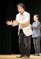 子育てなどについて持論を展開した尾木直樹さん=佐賀市文化会館