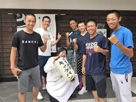 佐賀大会前に早稲田佐賀の選手たちを激励した河上彰範さん。甲子園出場のお祝いに、帰ってきたら極上の佐賀牛を振る舞うつもりだ=唐津市中町
