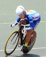 自転車男子スプリント決勝 相手を突き放し、第4コーナーを駆け抜ける橋本宇宙(龍谷)=武雄市の武雄競輪場