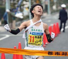 全力で走りきり、雄叫びを上げてゴールする杵島郡の山﨑将平=伊万里市民センター前