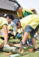 竹の食器づくりに熱中する子どもたち=吉野ケ里歴史公園