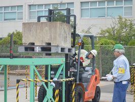 運転競技でフォークリフトを操作する出場者=佐賀市の県トラック協会