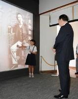 日赤の近衞社長(右)に佐野常民の人物像を紹介する森さん=佐賀市川副町の佐野常民記念館