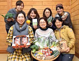 自慢の農産物を持ち寄り、ふるさと納税の返礼品として初めて出品したグリーンフィンガーのメンバー=上峰町内