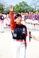 堂々と選手宣誓する鏡中の岡﨑心音主将=佐賀市の大和中央公園