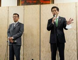 報道陣の取材に応じる吉村洋文大阪府知事(右)と松井一郎大阪市長=24日午後、大阪府庁