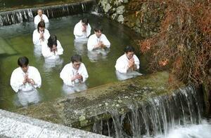 高野山奥の院の「水行場」で行われた「寒中水行」=24日、和歌山県高野町
