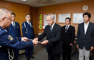 香月幸太郎署長(左)から委嘱状を受け取る地域交通安全活動推進委員のメンバー=神埼署
