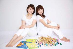 21日、佐賀市の東与賀文化ホールで、ひがしよか読み聞かせコンサート「マリンバとおはなしhaha」に出演する香椎愛子さん(右)と増田さおりさん