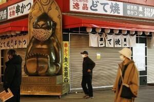 シャッターが閉まった大阪・新世界の飲食店=13日午後8時9分