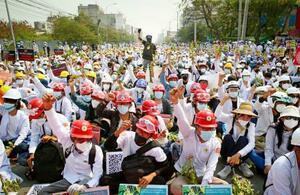 ミャンマーのマンダレーでクーデターに抗議し気勢を上げるデモ参加者=2月28日(AP=共同)