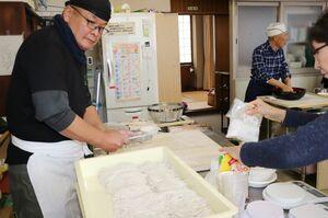 慣れた手つきでそばを切るのは「ゆめさが大学蕎麦打ちの会」の代表、松石清さん。