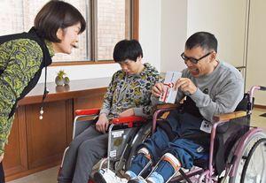 野田満子部長(左)から目録受け取る利用者=佐賀市金立町の佐賀整肢学園こども発達医療センター