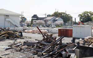 新市庁舎の建設に向けて、神埼町保健センター(左)などの取り壊しが進む予定地=神埼市神埼町