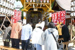 とんさんえびす祭りで祈りをささげる来場者=佐賀市の松原恵比須社