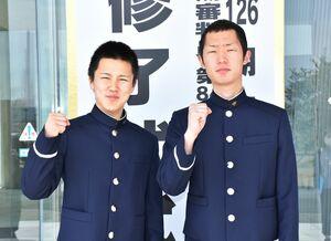 1年の養成課程を修了し、プロのボートレーサーとして第一歩を踏み出した常住蓮(左)と上瀧絢也=福岡県柳川市のボートレーサー養成所