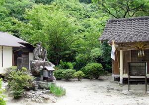 筑紫神社の境内には修行道場やお堂が建っている=鳥栖市