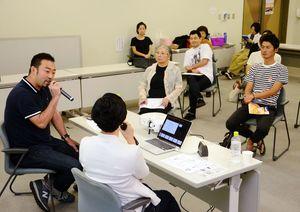 菅原賢一さん(左端)の話を聞くセミナー参加者=基山町民会館