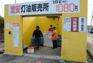 灯油を求める買い物客。店頭小売り価格は過去10年で最も安くなっている=佐賀市のディスカウント店