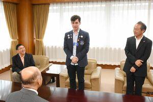 橋本康志市長を表敬訪問したブルーノ・ドカルモさん(中央)=鳥栖市役所