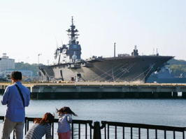 神奈川県の横須賀基地に停泊する海上自衛隊の「いずも」=30日午後