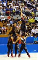 中国総体の新体操男子団体でチームメートを肩で支える江上駿祐(右下)=昨年8月、松江市総合体育館