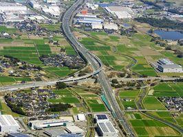 高速道路の結節点になっている鳥栖ジャンクション。約1㌔西側(左)に鳥栖インターチェンジを併設している