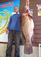 自己新記録となる24.2キロの大物アラを釣り上げた古川博信さん