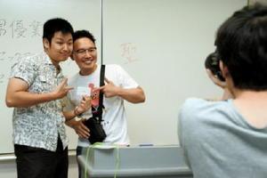 実行委員を務めた学生と記念写真を撮る森林原人さん