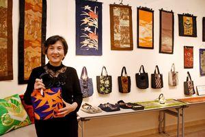 「リバーシブルのバッグはぜひ長く使ってほしい」と話す武富妙子さん=佐賀市天神の佐賀新聞ギャラリー
