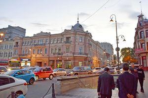 ロシア極東には、日本人ゆかりの建物も少なくない。正面の建物は「横浜正金銀行」の支店だった。現在は博物館として使われている=ウラジオストク