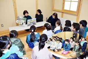 『黒髪山の大蛇伝説』を朗読する八尋典子さん(後列左端)