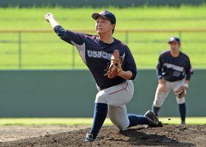 軟式野球成年男子で上位進出が期待されるひらまつ病院の主戦山田亮=18日、みどりの森県営球場