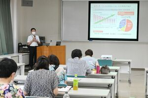 セミナーで、家電製品などの事故の状況を学ぶ参加者=佐賀市の佐賀県婦人会館