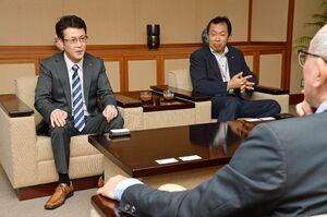 トヨタ紡織九州レッドトルネードのGMに就任し、意気込みを語る吉田明弘氏(左)。右は前GMの藤瀬輝氏=佐賀新聞社