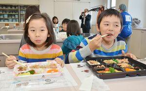 唐津市産の魚介類をふんだんに使った漁師飯に、舌鼓を打つ参加者たち=佐賀市のアバンセ
