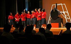 佐賀東高演劇部「太陽の羅針盤」の一場面=佐賀市の諸富文化体育館ハートフル