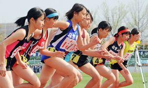 女子共通800メートルで勢いよくスタートを切る選手たち=県総合運動場陸上競技場