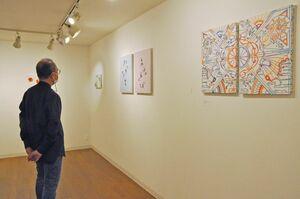 学生たちが自由に表現した作品が並ぶグループ展=佐賀市松原のギャラリーシルクロ