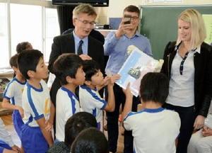ボークール市の子どもたちからのプレゼントに目を輝かせる児童ら=脊振小学校