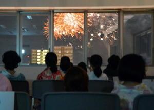 ビル7階の特等席から花火を楽しむ子どもたち=佐賀市の佐賀商工ビル