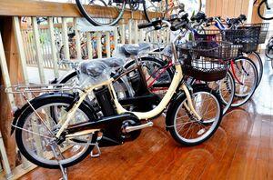 高齢者からの問い合わせが多い電動自転車。乗り降りのしやすさから、タイヤが小さいものが好まれています。「ブリヂストン アシスタユニ プレミア」11万2800円(税別)