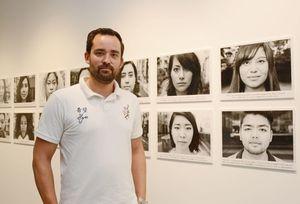 ハーフをテーマにした写真プロジェクトに取り組むテツロー・ミヤザキさん=佐賀市呉服元町のオランダハウス