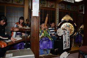 御正忌で雅楽演奏を披露する子どもたち=有田町の法泉寺