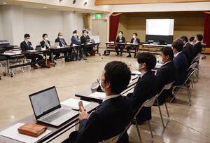 九州新幹線長崎ルートについて意見交換した佐賀県内の青年会議所会員ら=鹿島市の鹿島商工会議所